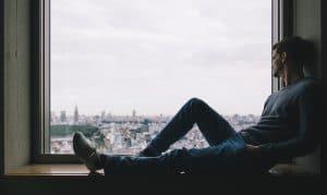 man alleen voor raam